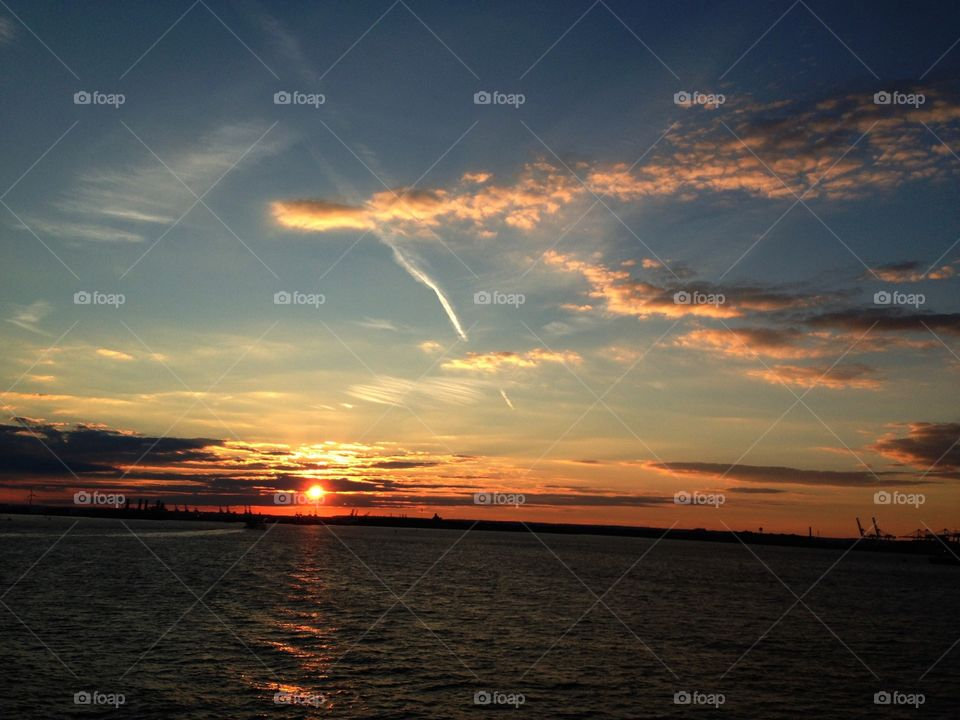 Sabes?… Cuando uno está verdaderamente triste son agradables las puestas de sol.