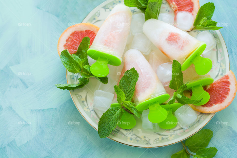 Homemade grapefruit popsicles with ice and mint