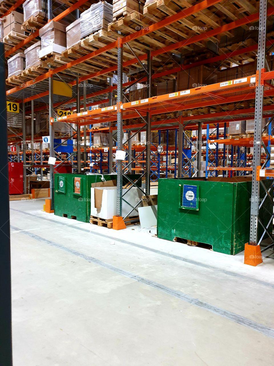 БИНы на складе для сортировки отходов , стреч пленка, страп лента , картон , ДСП, картонные уголки