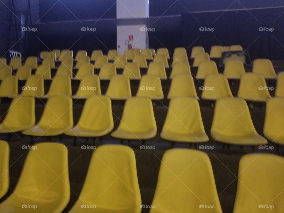 bancos amarelos