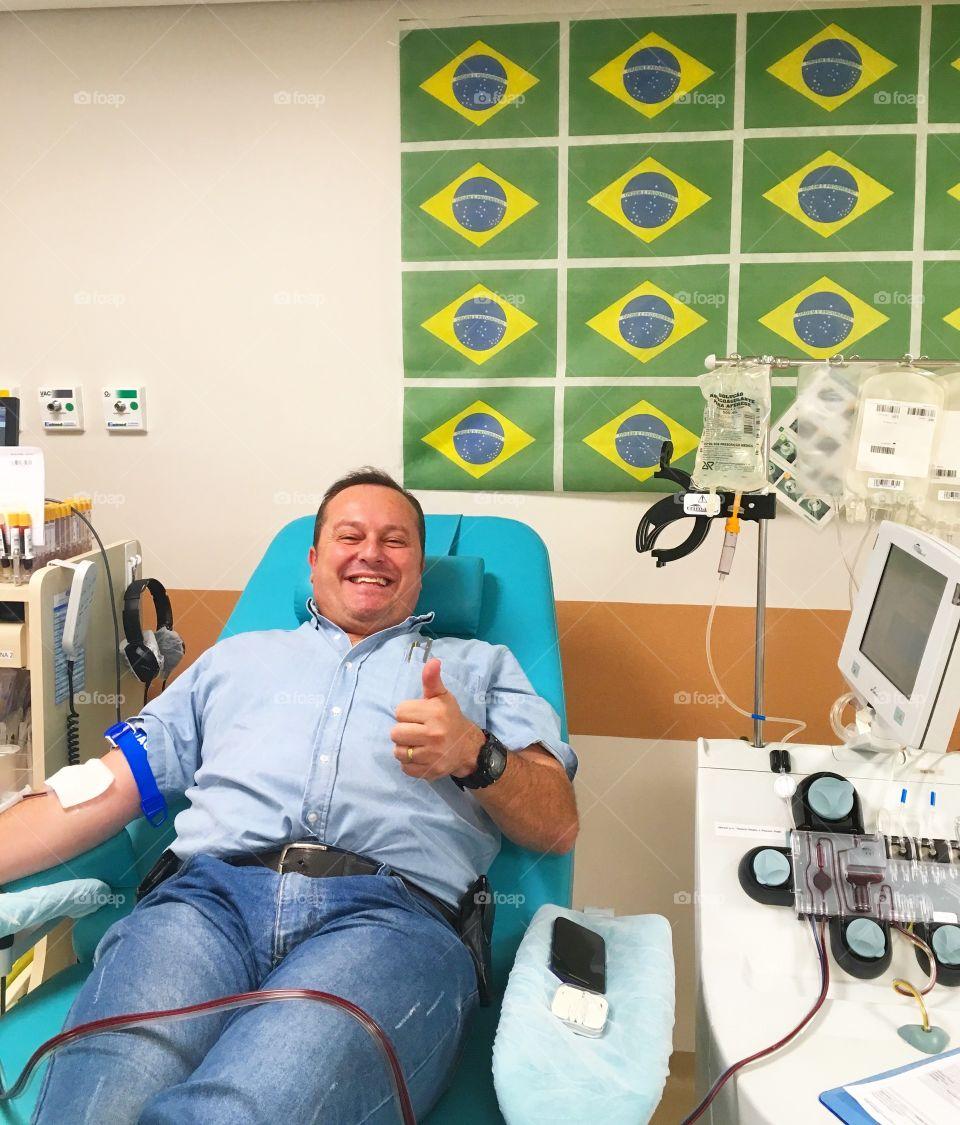 Yeahh! Estou doando sangue, assistindo a vitória do Brasil na Copa do Mundo por 2x0 contra o México. Solidariedade durante a World Cup Rússia 2018.