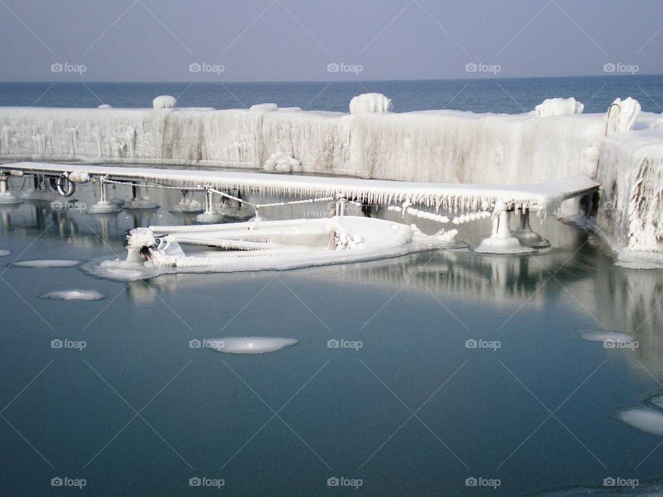 Port pris sous les glaces au bord du Léman