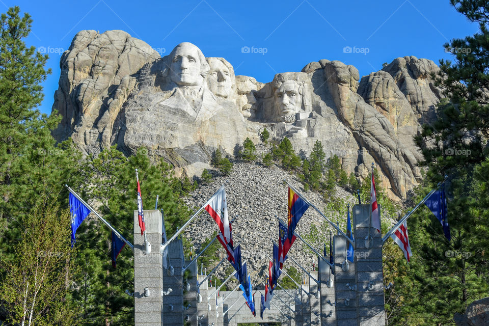 front view mount Rushmore with the flags