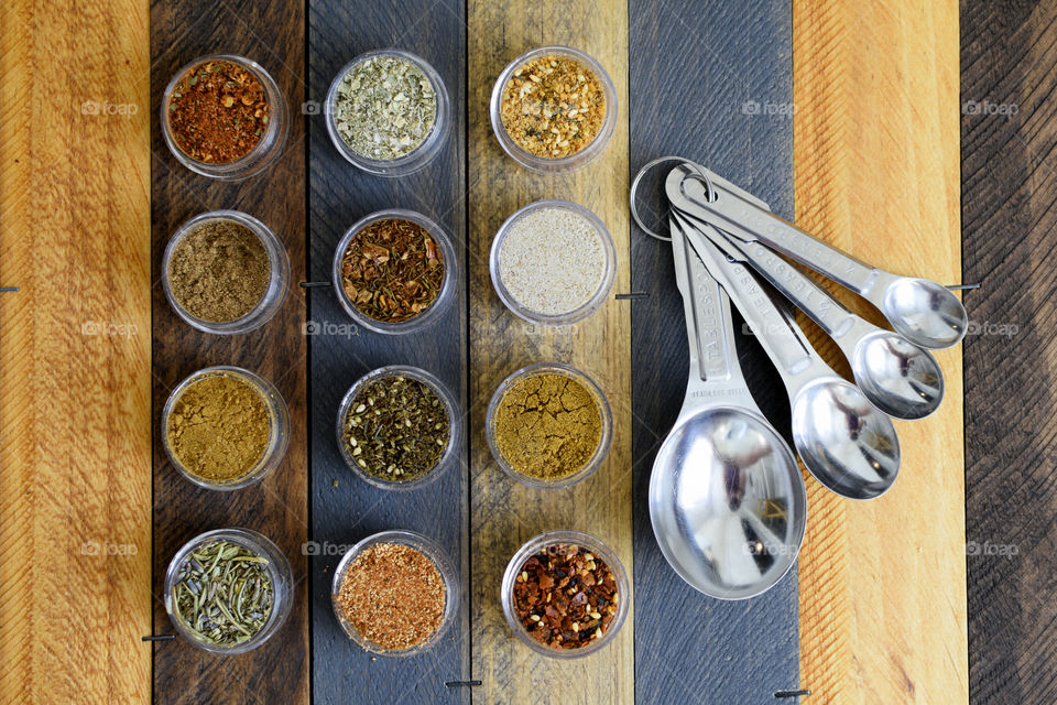 Spices and measuring spoons