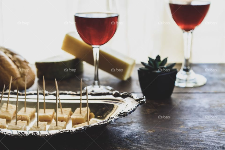 Red wine with bread and cheese 🥖🧀
